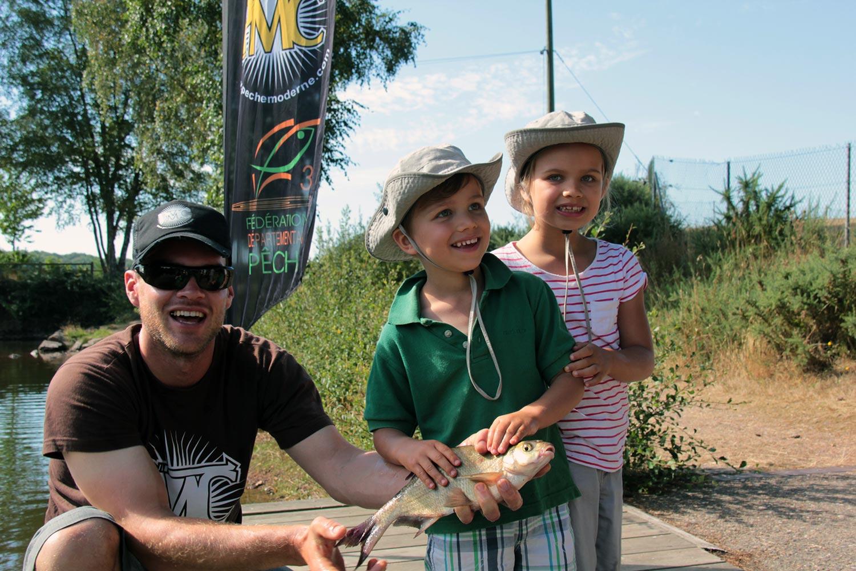 Vacances enfant pêche au coup